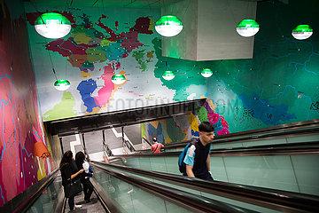 Deutschland  Frankfurt am Main - Rolltreppe einer S-Bahn-Station im Untergrund  als Wandschmuck eine Weltkarte