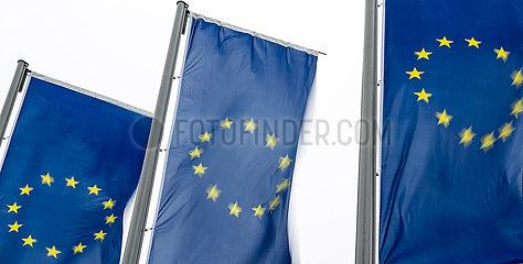 Deutschland  Frankfurt am Main - EU-Fahnen im Wind an einem Eingang zur Europaeischen Zentralbank