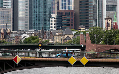Deutschland  Frankfurt am Main - Mainbruecken und im Hintergrund die Bankzentralen in der Innenstadt