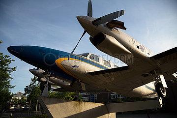 Deutschland  Bremen - Altes Propellerflugzeug als Austellungsstueck auf dem Gelaende der Lufthansa Aviation Training Germany GmbH