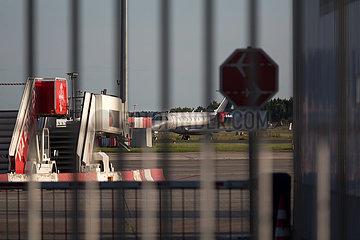 Deutschland  Bremen - Kleiner Passagierjet auf dem Flughafen Bremen  Stillstand wegen Corona.