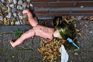 Deutschland  Frankfurt am Main - Maltraetierte Plastikpuppe am Strassenrand (kein Arrangement)  Symbolfoto Kindesmissbrauch