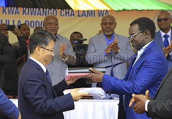 TANZANIA-CHINA-STRASSENBAU-Vertragsunterzeichnung