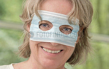 Frau mit Mundschutz  falsch aufgesetzt  Augenmaske  2020