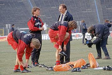 Franz Beckenbauer  neuer Trainer beim FC Bayern Muenchen  mit Lothar Matthaeus  Leipzig  1994