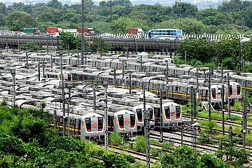 INDIEN-NEW DELHI-Metrozug gefederten
