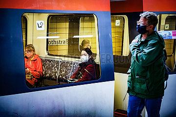 Maskenpflicht und Social Distancing in der U-Bahn
