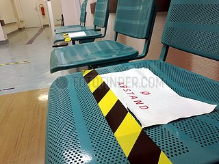 Sitzbaenke mit Corona-Abstandshinweis