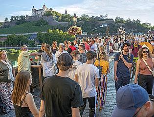 Alte Mainbruecke  Wuerzburg  Sommerabend  Juli 2020