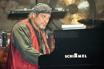 Konstantin Wecker  Liedermacher  bei Konzert in Wien  1995