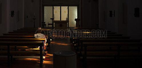 Alleine in einer Kirche