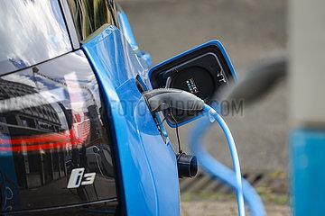 Elektroauto wird auf einem Parklatz an einer Ladestation aufgeladen  Essen  Nordrhein-Westfalen  Deutschland