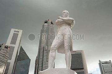 Singapur  Republik Singapur  Statue von Sir Thomas Stamford Raffles mit dem Geschaeftsviertel
