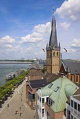 Rheinpromenade mit Lambertuskirche  hinten ein Ausflugsschiff auf dem Rhein und die Oberkasseler Bruecke  Duesseldorf  Nordrhein-Westfalen  Deutschland