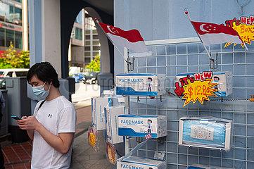 Singapur  Republik Singapur  Faehnchen und Mundschutzmasken an einem Verkaufsstand in Chinatown