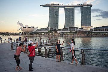 Singapur  Republik Singapur  Touristen im Merlion Park in Marina Bay nach der Ausgangsbeschraenkung