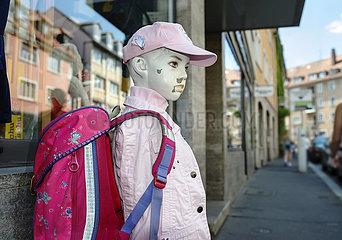 Schaufensterpuppe  Schulkind  Schultasche