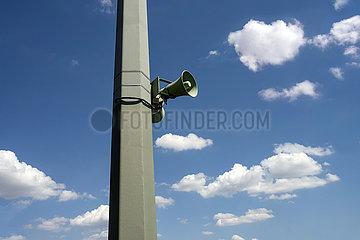 Lautsprecher  Mast  blauer Himmel  2020