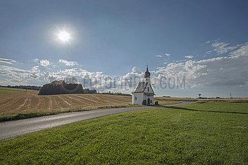 Landschaft mit Kapelle  bei Oberanger  Juli 2020