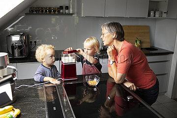 Grossmutter und Kinder in der Kueche