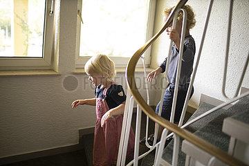 Kinder im Treppenhaus