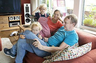 Grosseltern und Enkelkinder