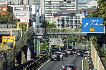Stadtansicht Essen  Autobahn A40 mit Blick Richtung Essener Stadtzentrum  Essen  Ruhrgebiet  Nordrhein-Westfalen  Deutschland