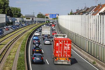 Berufsverkehr auf der Autobahn A40  Essen  Ruhrgebiet  Nordrhein-Westfalen  Deutschland