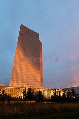 Deutschland  Frankfurt am Main - die Europaeische Zentralbank (EZB) bei dramatischer Beleuchtung im Sonnenuntergang