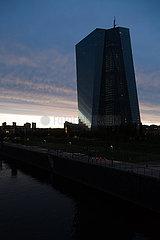 Deutschland  Frankfurt am Main - die Europaeische Zentralbank (EZB) bei dramatischer Beleuchtung im links der Fluss Main