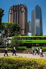Singapur  Republik Singapur  Strassenszene mit Hochhaeusern und Verkehr im Stadtzentrum