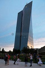 Deutschland  Frankfurt am Main - Menschen tanzen Tango an der Suedseite der Europaeischen Zentralbank (EZB) im Sonnenuntergang