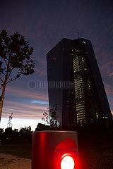 Deutschland  Frankfurt am Main - die Europaeische Zentralbank (EZB) Abenddaemmerung  vorne rote Leuchte an einem Weg  um Fahrzeuge fernzuhalten