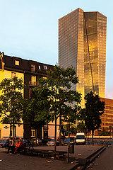Deutschland  Frankfurt am Main - Wohngebaeude an einem Platz  dahinter die Europaeische Zentralbank (EZB)