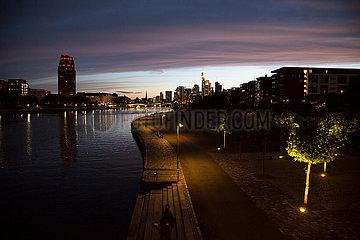 Deutschland  Frankfurt am Main - Mainufer suedlich der City in der Abenddaemmerung