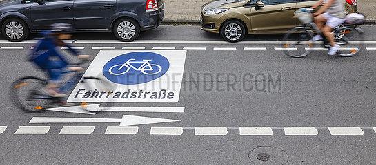 Fahrradfahrer fahren auf neuer Fahrradstrasse mit frisch aufgebrachten Piktogrammen  Essen  Nordrhein-Westfalen  Deutschland
