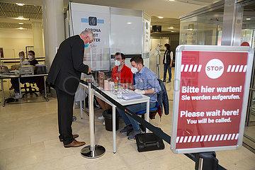 Deutschland  Bremen - Corona Test Center mit PCR-Test am Flughafen fuer Reiserueckkehrer wird durch medizinisch geschultes Personal durchgefuehrt