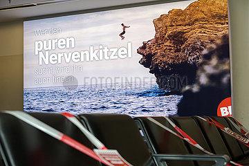 Deutschland  Bremen - Werbeslogan am Flughafen bekommt in Coronazeiten eine neue Bedeutung: Wer den puren Nervenkitzel sucht  wird ihn finden