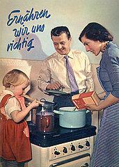 Ernaehrungstipps  Broschuere  Familie beim Kochen am Herd  1956