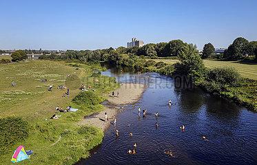 Flusslandschaft  Menschen baden in der Ruhr  M?lheim an der Ruhr  Ruhrgebiet  Nordrhein-Westfalen  Deutschland  Europa