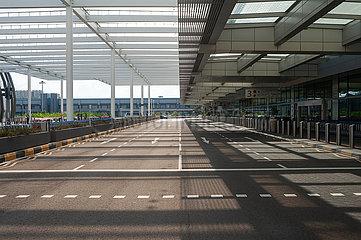 Singapur  Republik Singapur  Leere Zufahrt vor dem Terminal 1 am Flughafen Changi