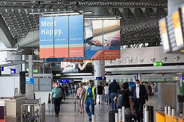 Deutschland  Frankfurt am Main - Reklame von Zoom Video Communications im Terminal 1 (departures) am Flughafen Frankfurt