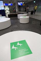 Deutschland  Frankfurt am Main - Hinweis auf Mindestabstand an Sitzgruppe am Flughafen Frankfurt