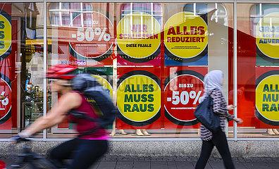 Einzelhandel schliesst Gesch?fte in der Coronakrise  Galeria Karstadt Kaufhof  Essen  Nordrhein-Westfalen  Deutschland