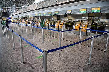 Deutschland  Frankfurt am Main - Leere Check-In-Schalter der Lufthansa im Terminal 1 (departures) am Flughafen Frankfurt wegen der Coronakrise