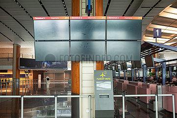 Singapur  Republik Singapur  Ausgeschaltete Bildschirme im Terminal 2 am Flughafen Changi waehrend Coronakrise