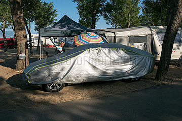 Kroatien  Rab  San Marino - eingepacktes Auto auf Campingplatz am Paradise Beach
