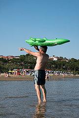 Kroatien  Rab  San Marino - Mann mit aufblasbarem Gummikrokodil Paradise Beach