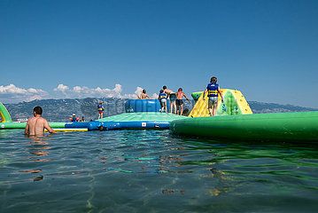 Kroatien  Rab  San Marino - Huepfburg fuer Kinder im Wasser am Paradise Beach