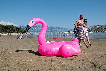 Kroatien  Rab  San Marino - pinker  aufblasbarer Schwan aus Gummi am Paradise Beach